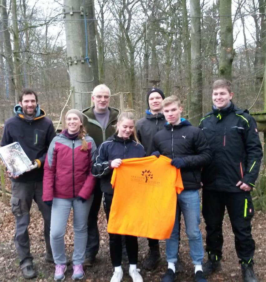 Neue Mitarbeiter nach bestandener Ausbildung im Hochseilgarten Hasloh